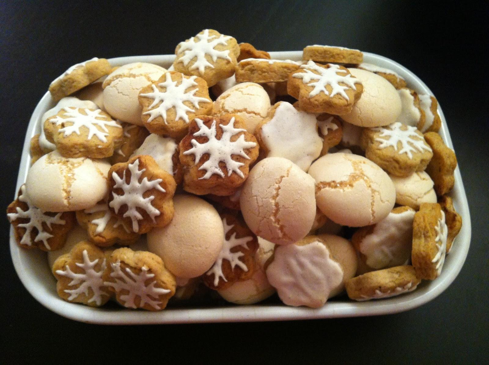 Ingrédients pour les biscuits de Noël  125g de beurre/ 125g de sucre en poudre/ 1 oeuf/ 125g de poudre damande/ 75g damandes effilées ou émondées/ 1